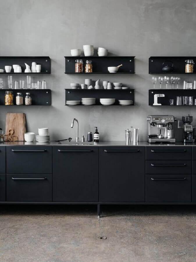 cozinha escura decorada com parede de cimento queimado e armários pretos Foto Casa de Valentina