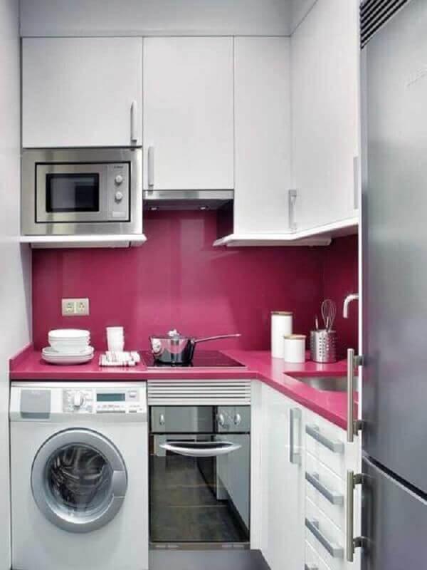 cozinha pequena branca planejada com revestimento e bancada na cor rosa escuro Foto Archidea