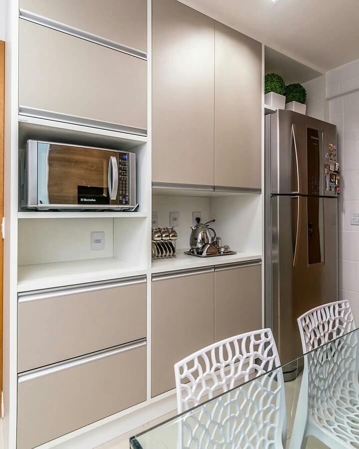 cozinha planejada com armários na cor nude e branco Foto Jeito de Casa
