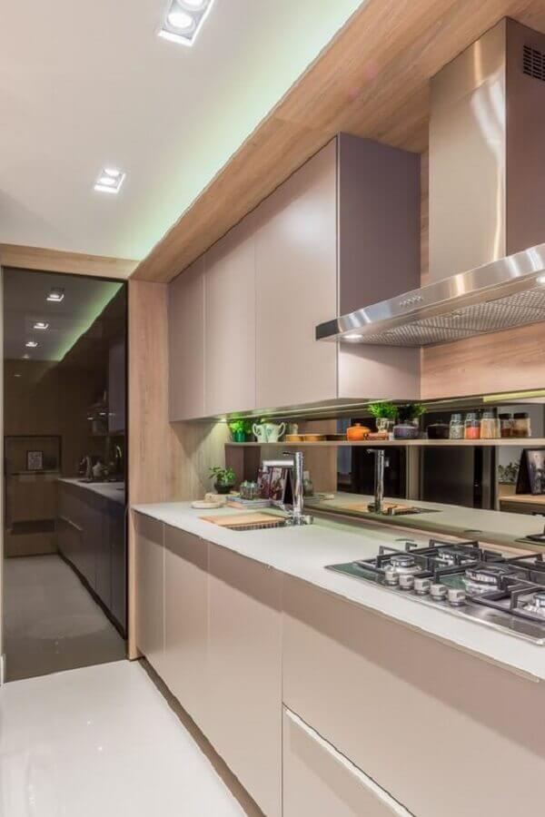 cozinha planejada decorada com revestimento de madeira e paleta cores nude para armários Foto Pinterest