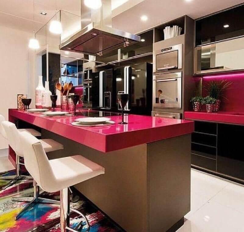 cozinha preta moderna decorada com bancada na cor rosa choque Foto Pinterest
