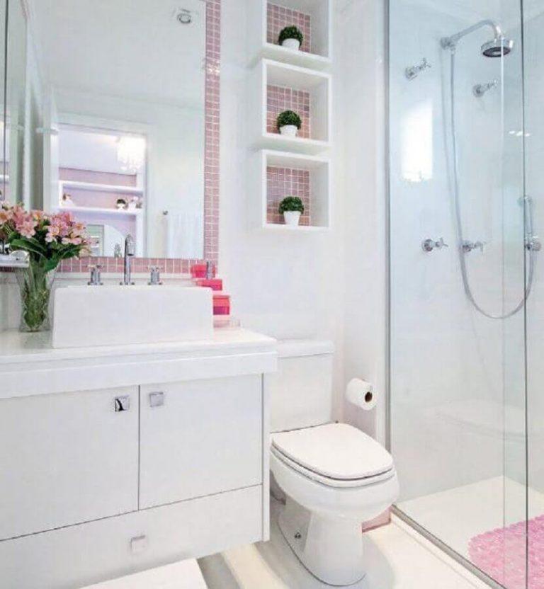 Decoração de banheiro com pastilha adesiva no espelho e nichos