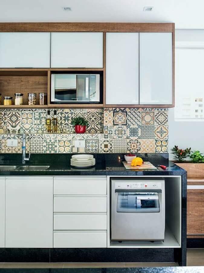 decoração com armário aéreo de cozinha branco com detalhe em madeira Foto Pinterest
