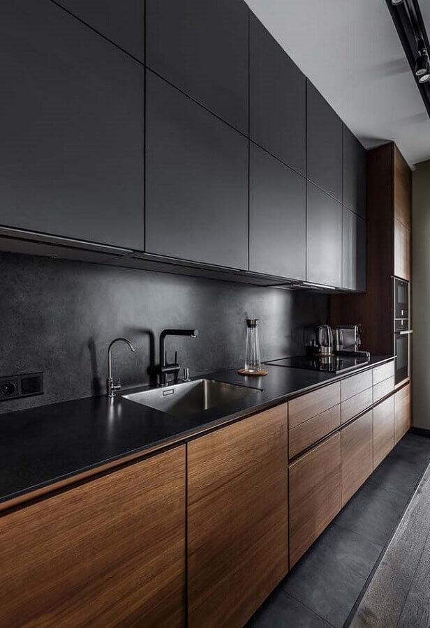 decoração com armário de cozinha aéreo preto e gabinete com portas de madeira Foto Home Fashion Trend