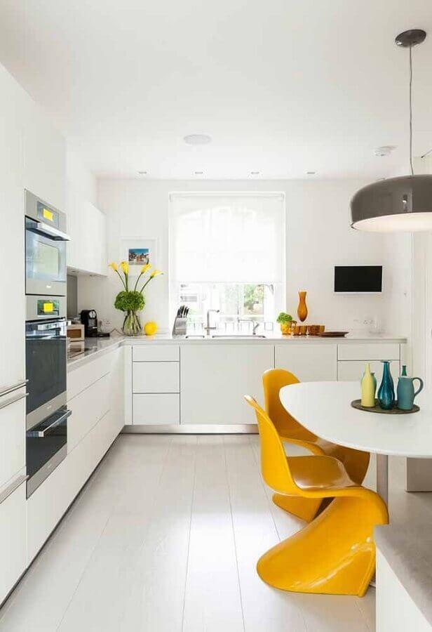 decoração com armário de cozinha planejado branco e cadeiras amarelas modernas Foto Home Fashion Trend
