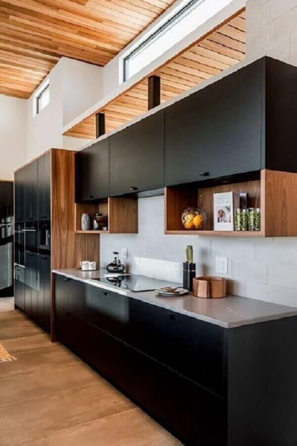 decoração com armário de cozinha planejado preto com acabamento em madeira Foto Pinterest
