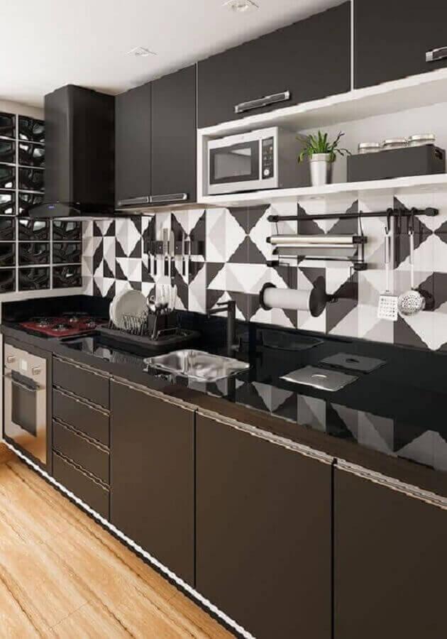 decoração com armário de cozinha planejado preto com cooktop vermelho Foto Pinterest