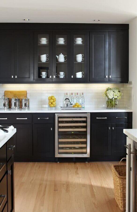 decoração com armário de cozinha preto com portas de vidro no armário aéreo Foto Pinterest