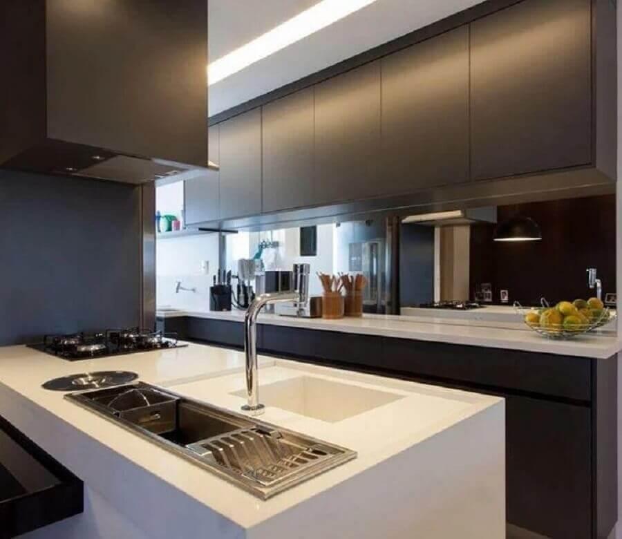 decoração com bancada branca e armário de cozinha preto fosco Foto GF Projetos