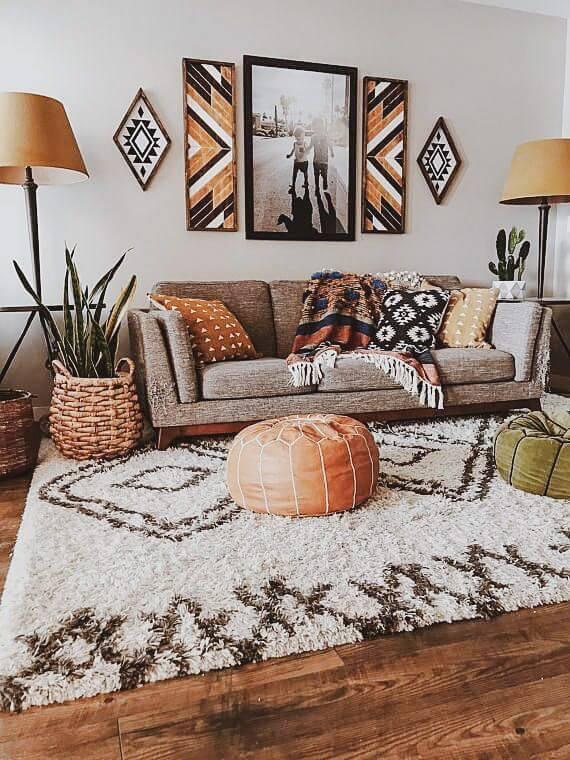 Almofadas, quadros e tapete são lindos para usar as estampas africanas