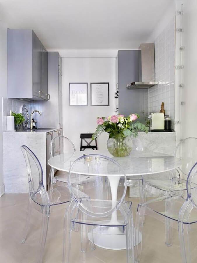 decoração com mesa redonda branca e cadeira ghost transparente Foto Apartment Therapy