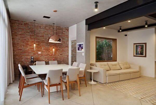 Parede de tijolinho na sala de jantar moderna