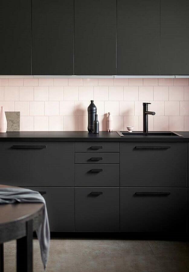 decoração com revestimento rosa e armário de cozinha preto Foto Pinterest