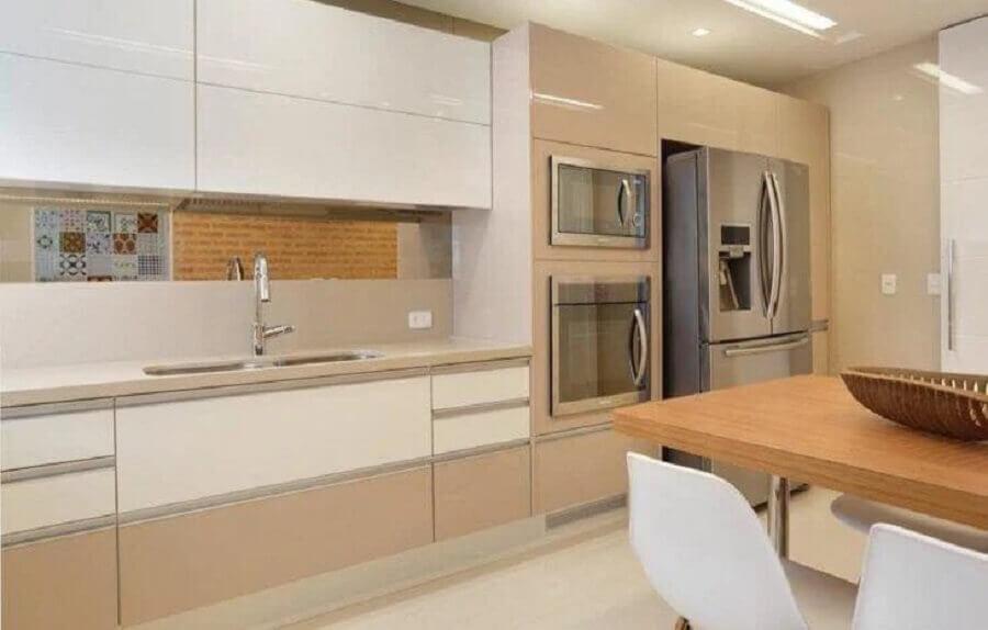 decoração cozinha planejada com armários na cor nude e branco Foto Claudia Pimenta e Patrícia Franco