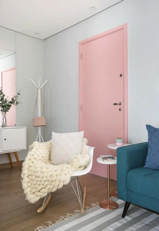 decoração de casa com porta cor rosa claro Foto Criar Interiores
