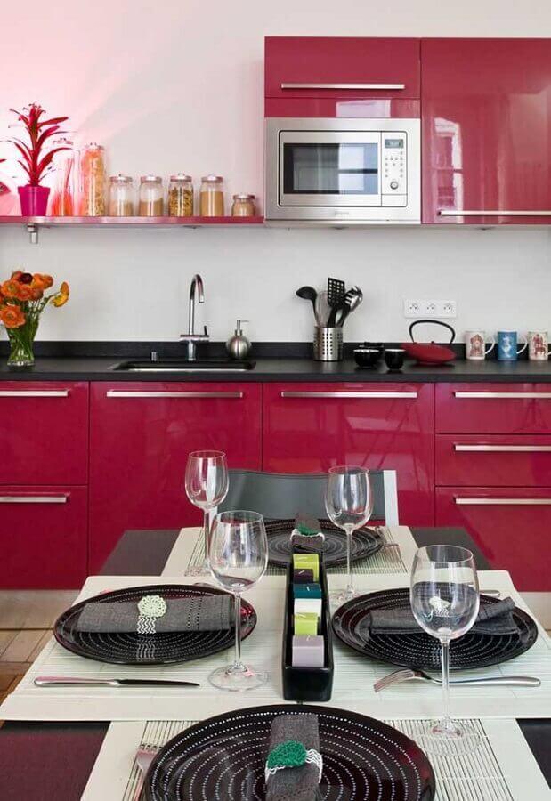 decoração de cozinha com armário cor rosa escuro Foto Ideias Decor