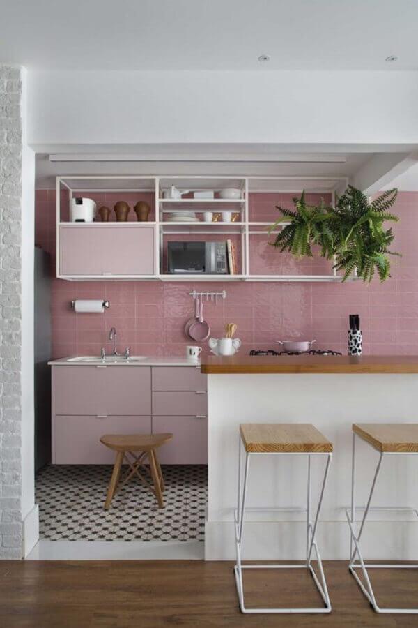 decoração de cozinha cor de rosa claro com bancada de madeira Foto Jeito de Casa