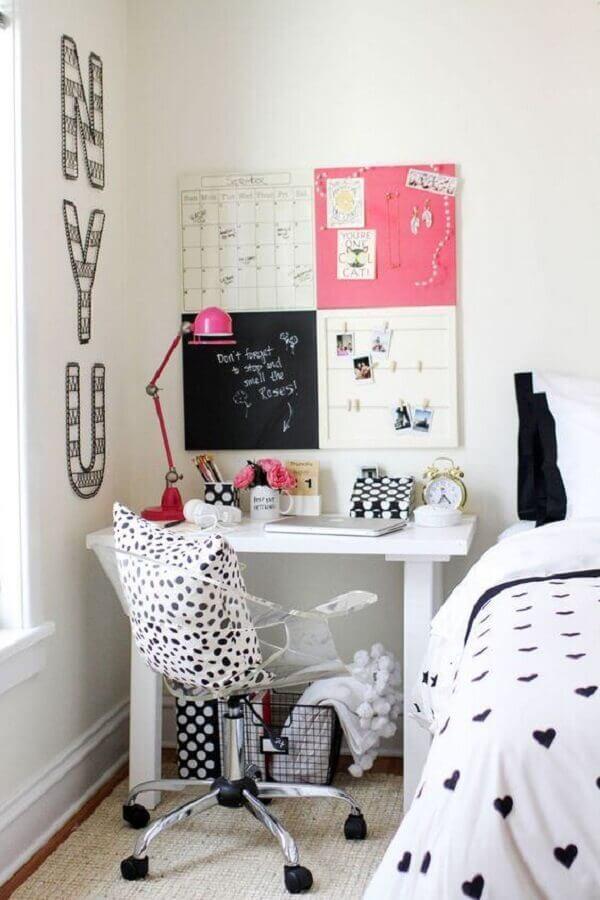 decoração de quarto com cadeira para escrivaninha transparente Foto Clear Home Design