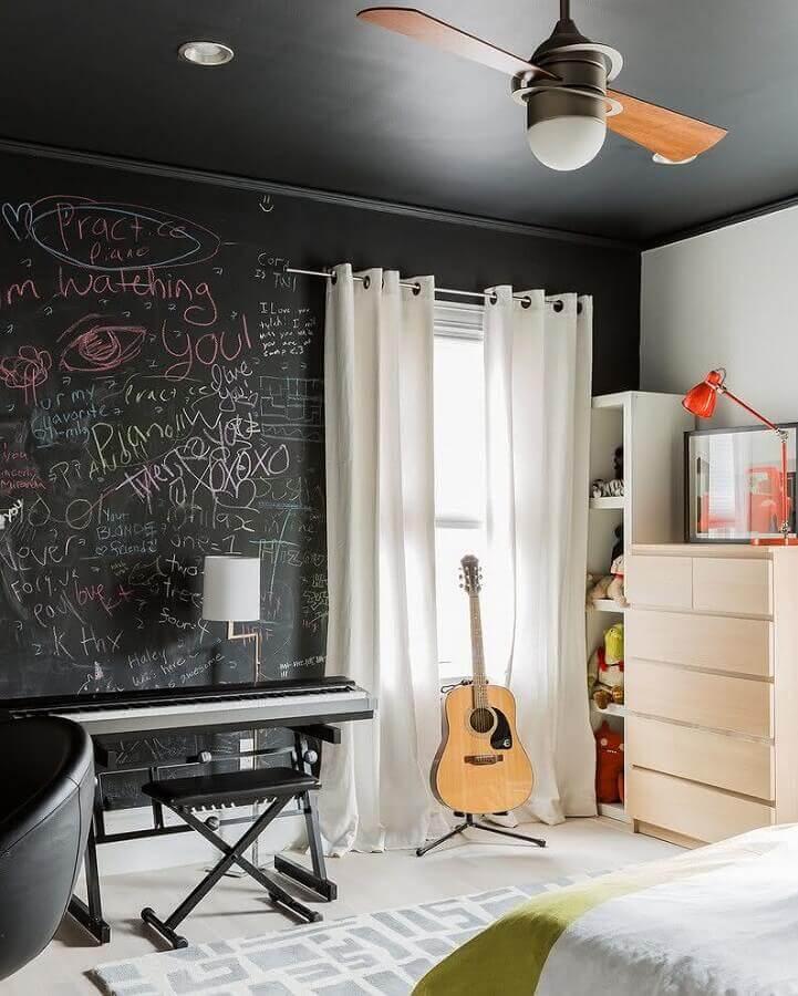 decoração de quarto de adolescente masculino com teto e parede de tinta lousa Foto Yandex