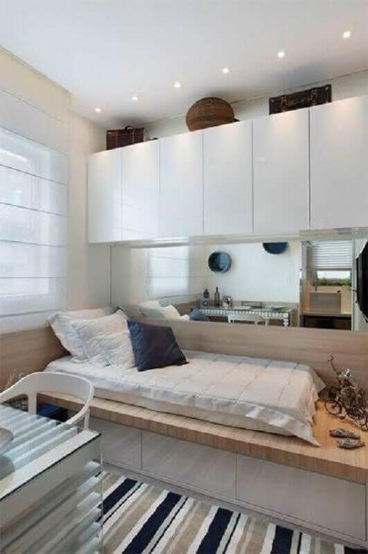 decoração de quarto de adolescente masculino planejado pequeno com tapete listrado Foto Archzine
