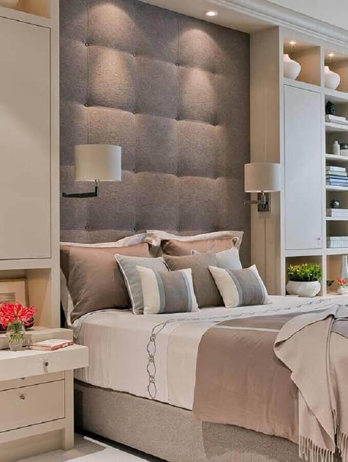 decoração de quarto de casal com cabeceira estofada cinza planejada Foto Arquitrecos