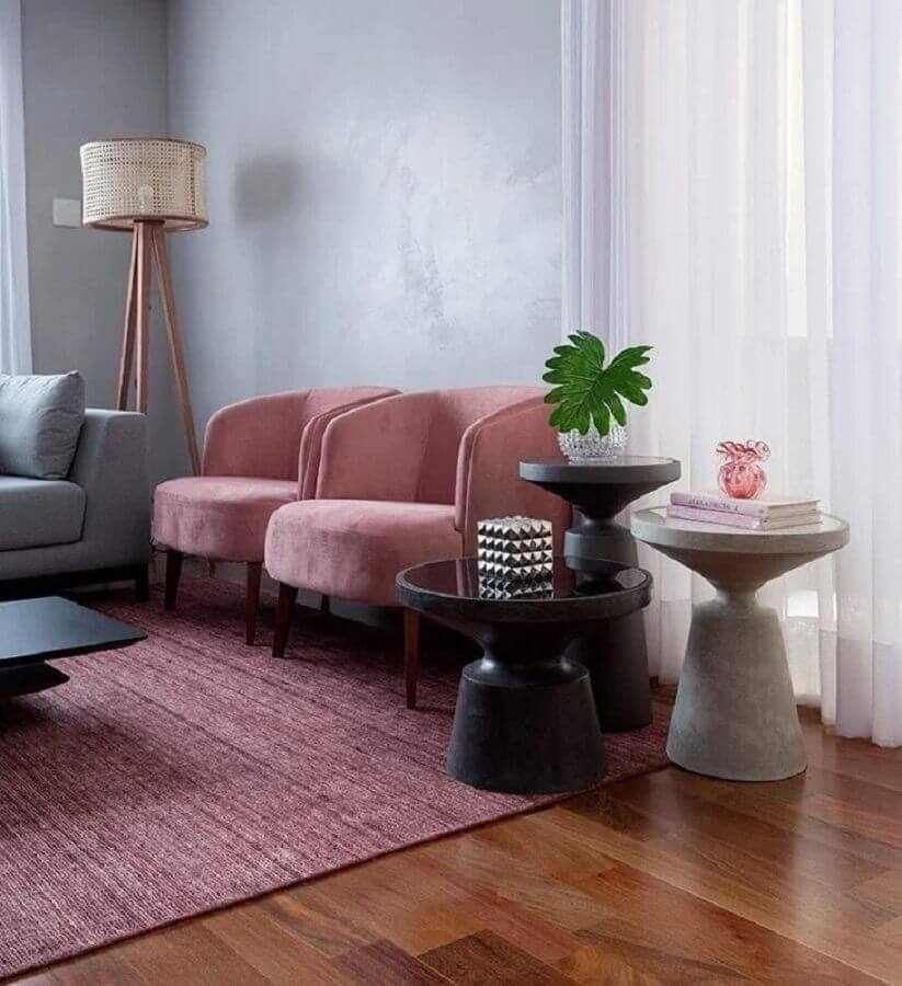 decoração de sala cinza com poltrona cor de rosa Foto GF Projetos Decor e Arquitetura