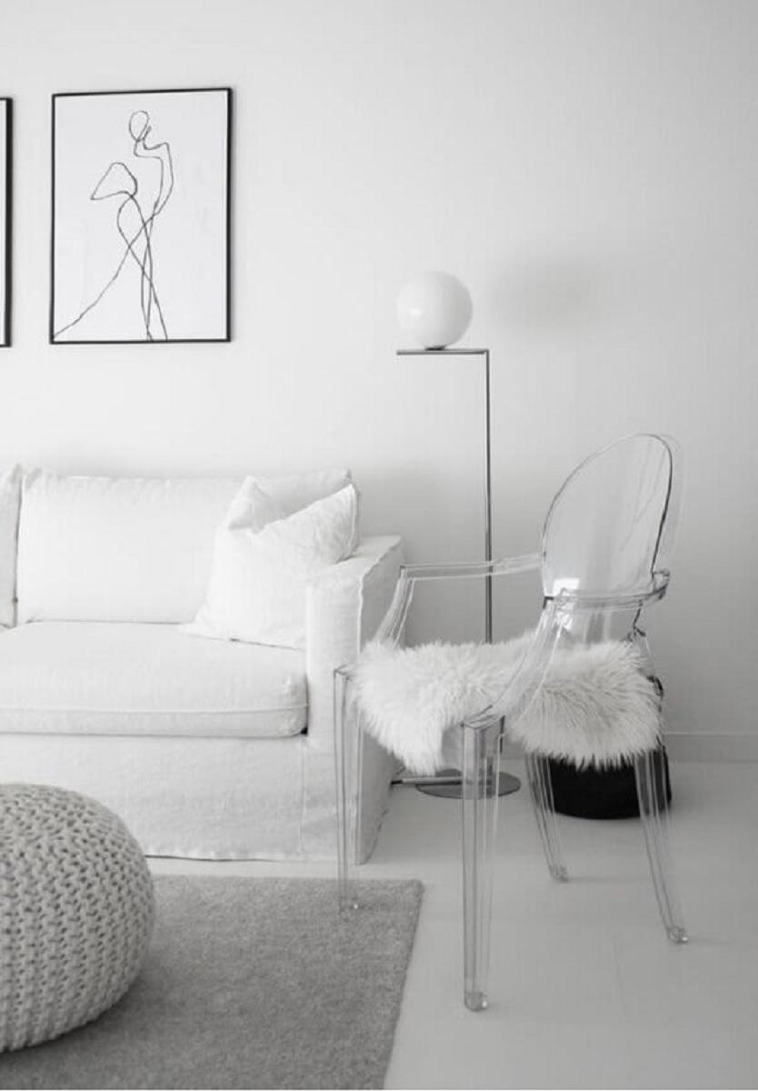 decoração de sala de estar branca com cadeira de acrílico transparente Foto Xitia Home