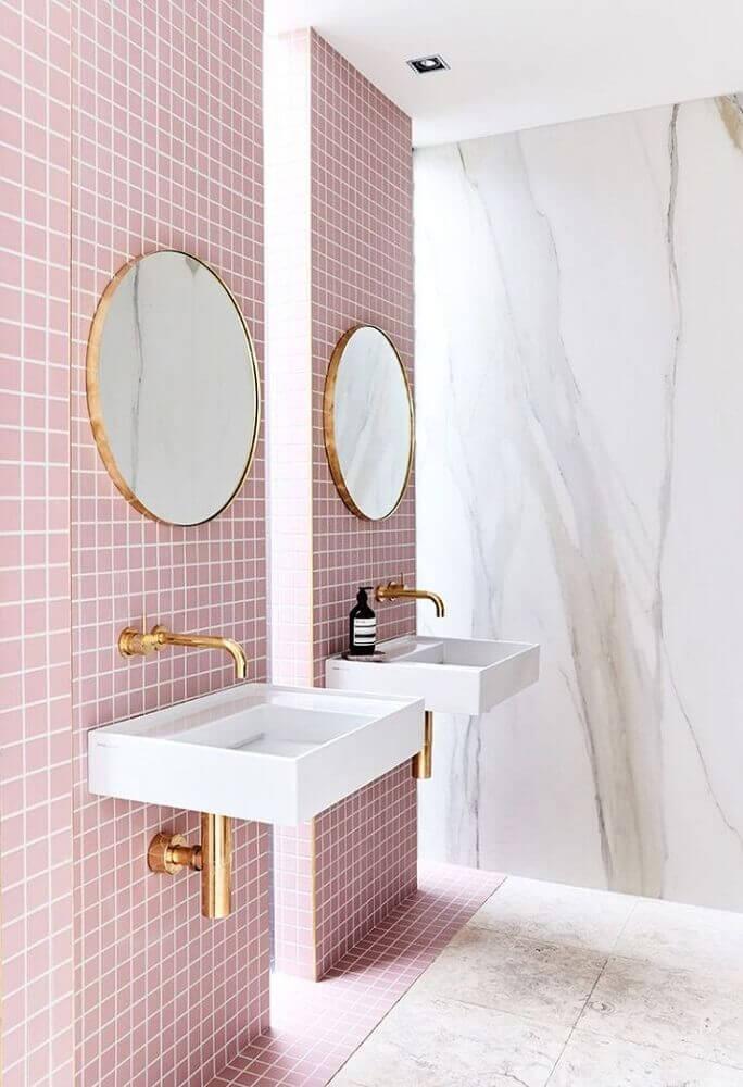 Decoração delicada para banheiro com pastilha adesiva rosa e espelhos redondos