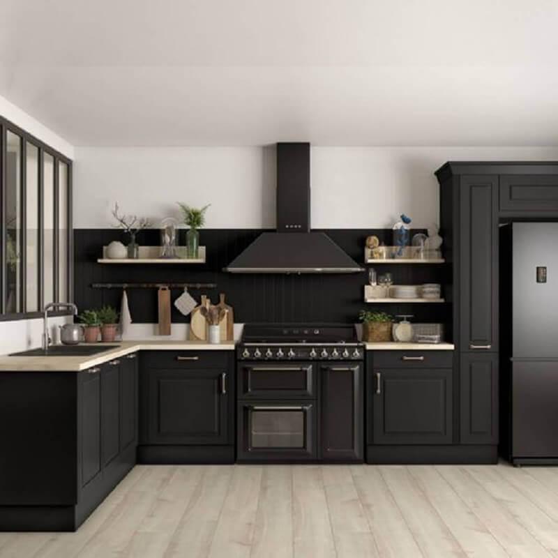 decoração estilo clássico com armário de cozinha planejado preto fosco Foto Regards et Maisons