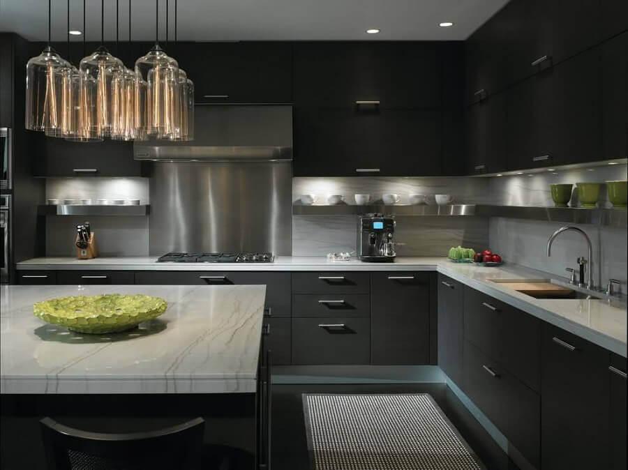 decoração moderna com armário de cozinha planejado preto fosco Foto Pinterest