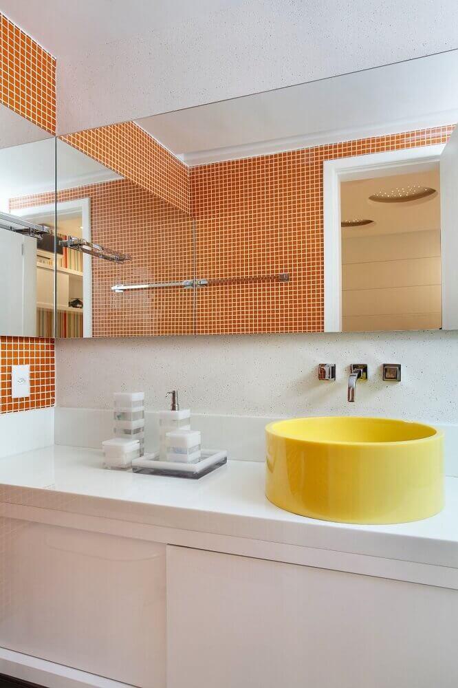 Banheiro com pastilha adesiva laranja e bancada amarela