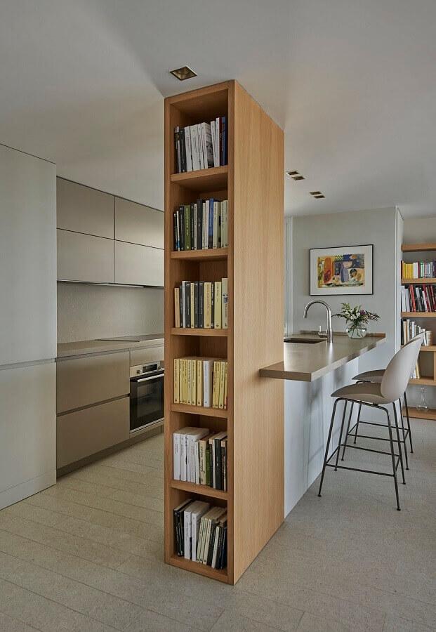 decoração para cozinha em U com nichos planejados para livros
