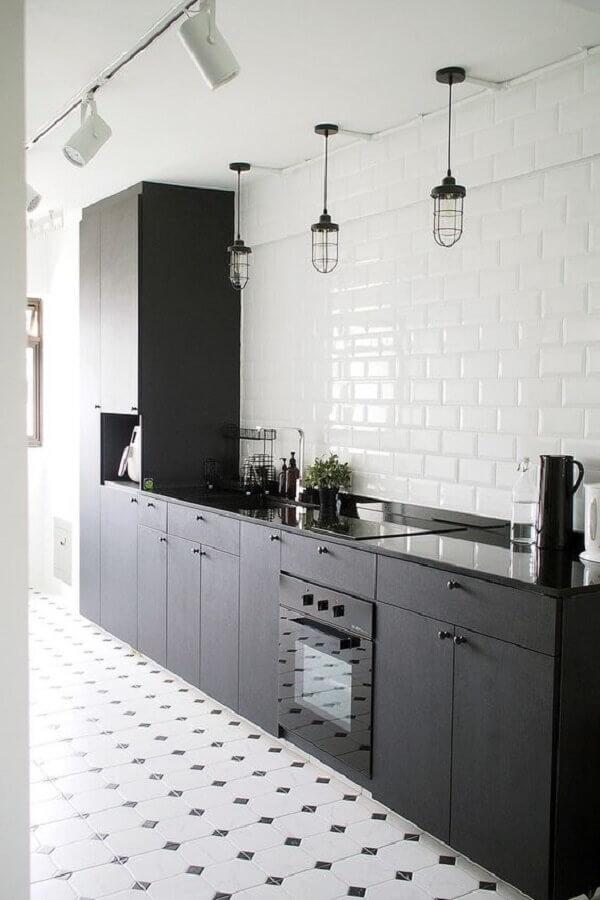 decoraçao clean com revestimento branco e armário de cozinha preto fosco Foto Regards et Maisons