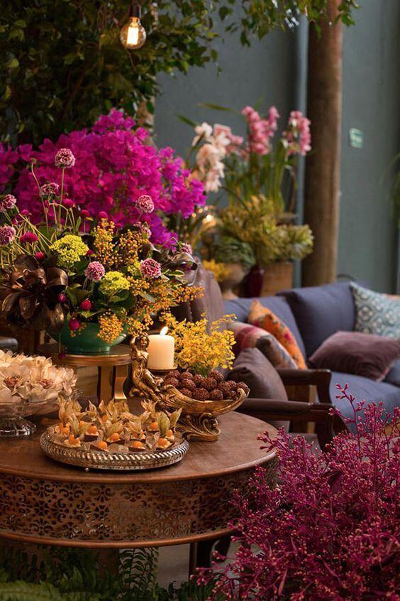 Decoração de casamento árabe em tons de roxo e azul