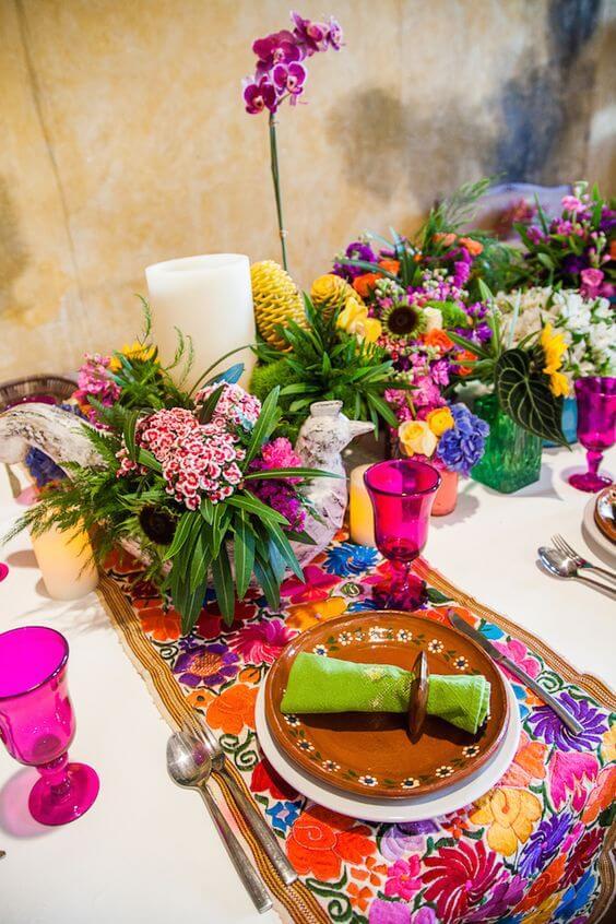 Mesa de jantar colorida no estilo decoração árabe