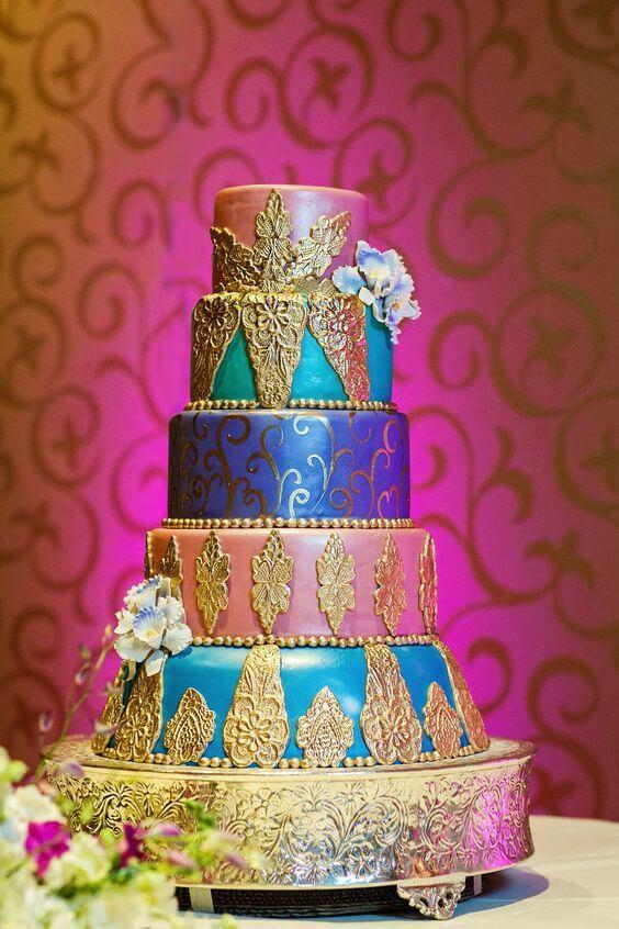Bolo com decoração árabe e detalhes dourados lindos
