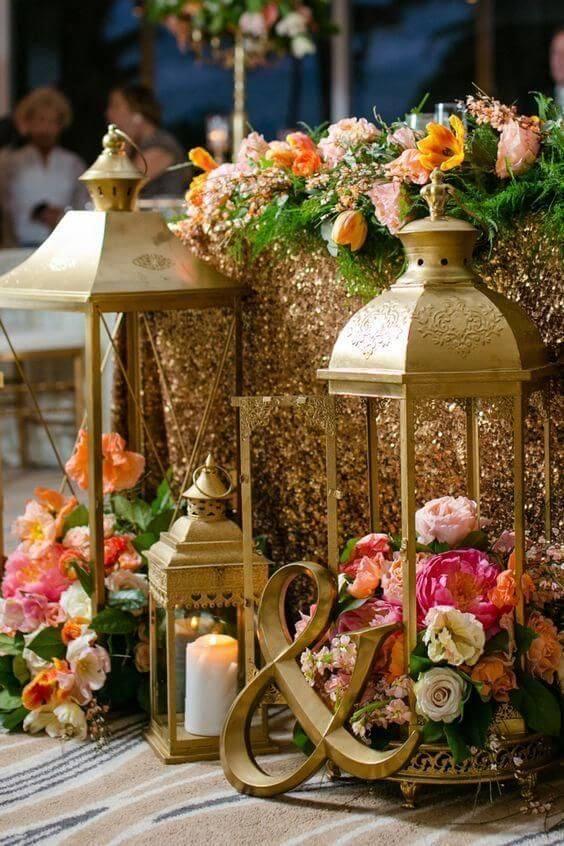 Decoração árabe com flores cor de rosa e detalhes dourados