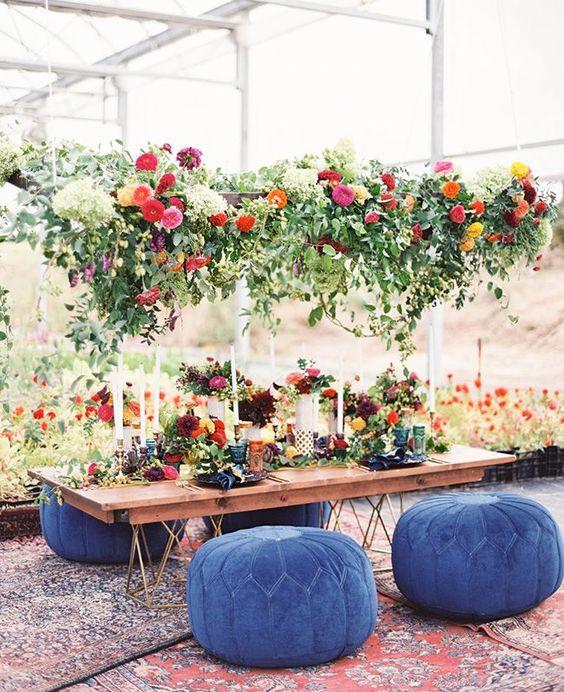 Festa de casamento com decoração árabe e puffs azuis