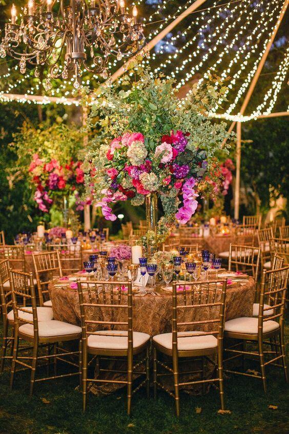 Festa de casamento roxa e rosa com decoração árabe