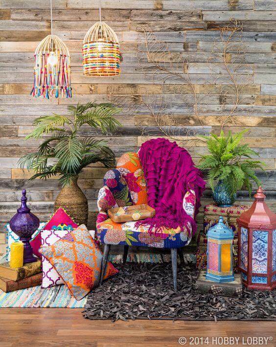 Decoração árabe em casa moderna com poltrona colorida