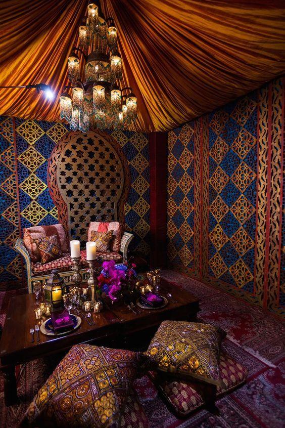 Decoração árabe em casa com papel de parede azul