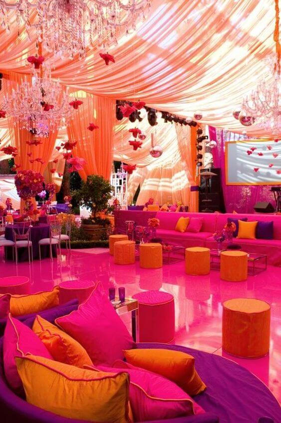 Decoração árabe laranja e rosa com tendas e lustres sofisticados