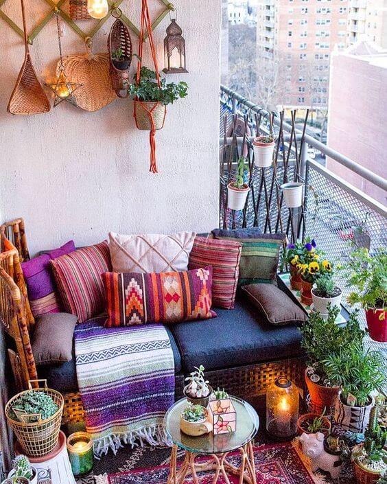 Varanda com sofá e elementos de decoração árabe
