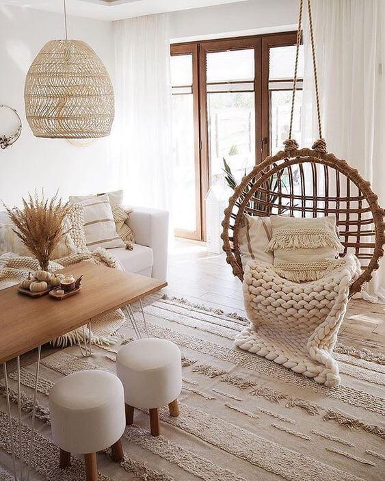 Sala estilo boho com balanço e manta de tricot