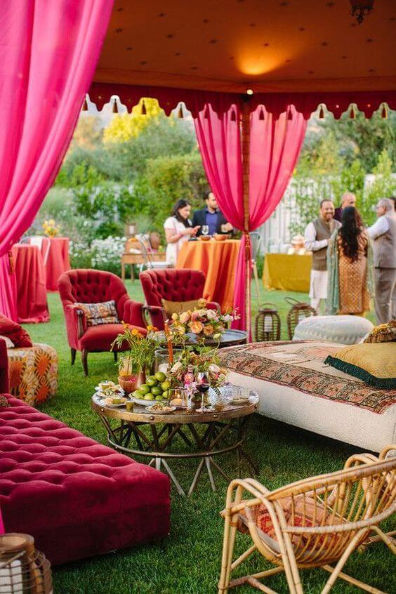 Lounge com poltrona marsala e cortinas para decoração árabe ao ar livre