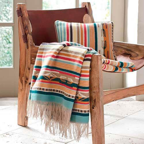 Estampas africanas coloridas na almofada e manta