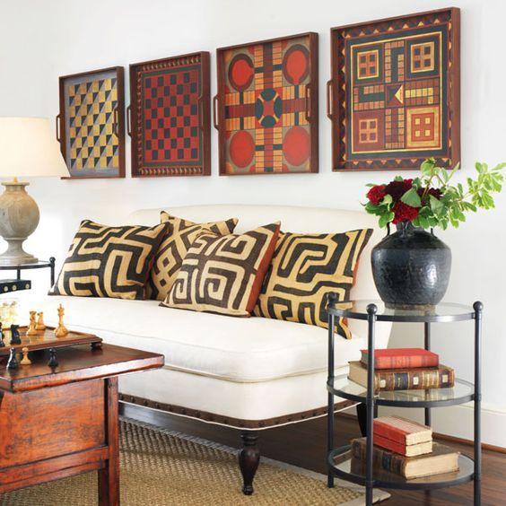 Sofá com almofadas e quadros com estampas etnicas