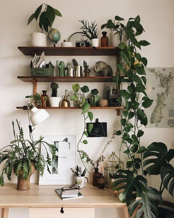 Escrivaninha estilo boho chic com prateleira e plantas