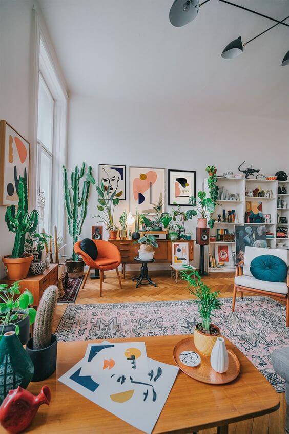 Sala de estar estilo boho chic com poltrona laranja e plantas