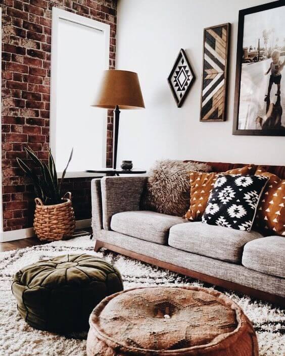 Sala de estar com estampas africanas nas almofadas